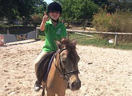 bambino del corso equitazione